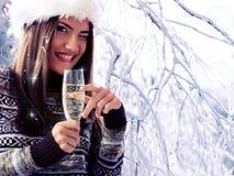 Vrouwenkerstmis het jonge mooie glimlachen Royalty-vrije Stock Foto