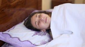 Vrouwenkielzog omhoog van slaap stock video