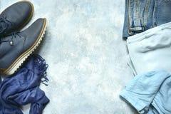 Vrouwenkleding in een blauwe kleur wordt geplaatst - jeans, blouse, overhemd, laarzen die Stock Fotografie