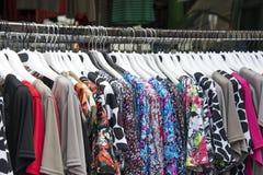 Vrouwenkleren op hangers Stock Foto's