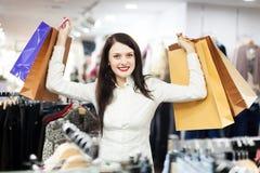 Vrouwenkoper bij kledingsopslag Royalty-vrije Stock Foto