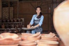 Vrouwenkunstenaar die aardewerk maken royalty-vrije stock foto's