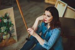 Vrouwenkunstenaar die een beeld in een studio schilderen Royalty-vrije Stock Foto
