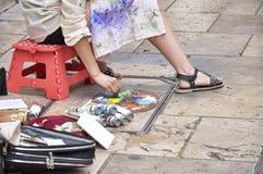 Vrouwenkunstenaar het schilderen op de straat Stock Afbeelding