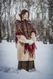 Vrouwenlach in koude de winterdag in openlucht in een sneeuwpark royalty-vrije stock fotografie