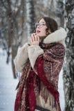 Vrouwenlach in koude de winterdag in openlucht in een sneeuwpark stock foto's