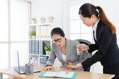 Vrouwenleider die buikgriepziekte krijgen Stock Foto's
