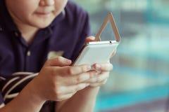 Vrouwenlevensstijl die een mobiele telefoon met het texting van bericht met behulp van Stock Foto