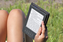 Vrouwenlezing eBook openlucht Royalty-vrije Stock Foto