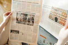 Vrouwenlezing Financial Times met Emmanuel Macron en Marine Stock Afbeelding