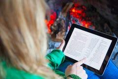 Vrouwenlezing met tablet Stock Foto