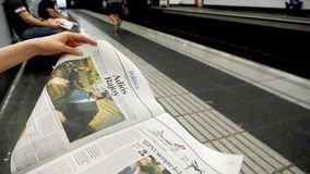 Vrouwenlezing in metro krant in Langzame motie stock footage