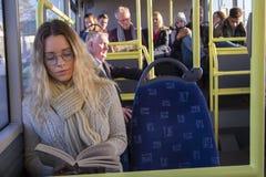Vrouwenlezing op de bus royalty-vrije stock foto's