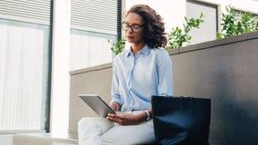 Vrouwenlezing van Digitale Tablet royalty-vrije stock foto's