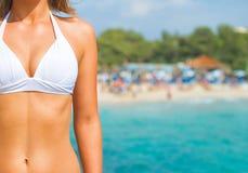 Vrouwenlichaam tegen strand Stock Foto's