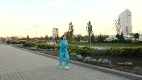 Vrouwenlooppas bij park stock videobeelden