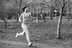 Vrouwenlooppas door ochtendpark Stock Fotografie