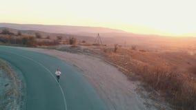 Vrouwenlooppas op de weg stock videobeelden