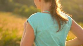 Vrouwenlooppas in openlucht bij zonsondergang, langzame motie stock video