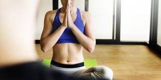 Vrouwenman de Yogapraktijk stelt Opleidingsconcept royalty-vrije stock foto