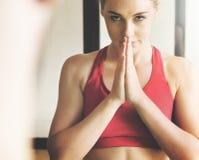 Vrouwenman de Yogapraktijk stelt Opleidingsconcept stock afbeeldingen
