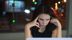 Vrouwenmanager, die van het werken bij laptop wordt vermoeid, hoofdpijn stock footage