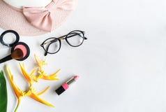 Vrouwenmateriaal, make-up, bloem en toebehoren met exemplaarruimte Royalty-vrije Stock Foto's