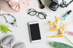 Vrouwenmateriaal, make-up, cellphone en toebehoren met exemplaarruimte Stock Foto