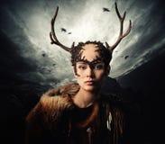 Vrouwenmedicijnman in ritueel kledingstuk stock foto