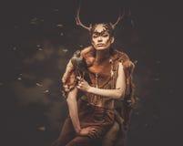 Vrouwenmedicijnman in ritueel kledingstuk stock foto's