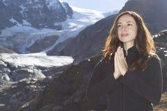 Vrouwenmeditatie in aard op de alpen Royalty-vrije Stock Afbeeldingen