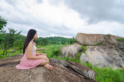Vrouwenmeditatie op de berg Royalty-vrije Stock Foto's
