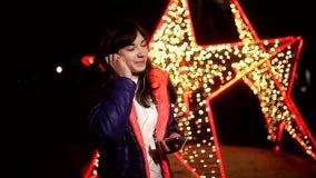 Vrouwenmeisje die aan muziek op uw telefoon luisteren met stock videobeelden