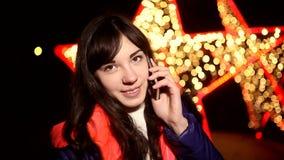 Vrouwenmeisje die op de telefoon bij nacht op a spreken stock videobeelden