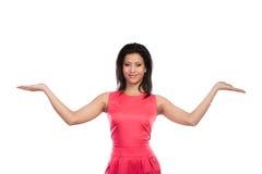 Vrouwenmeisje gemengde race die open palmen houden Stock Foto