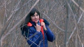Vrouwenmeisje in jasje en een sjaal die zich in bevinden stock videobeelden