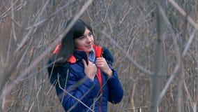 Vrouwenmeisje in jasje en sjaal die zich in droog bevinden stock videobeelden