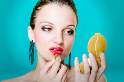 Vrouwenmodel die rode lippenstift toepassen Stock Foto