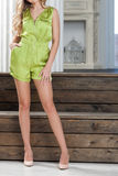 Vrouwenn korte groene overall royalty-vrije stock afbeeldingen