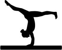 Vrouwenoefening op evenwichtsbalk Stock Foto