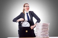 Vrouwenonderneemster met klok Stock Foto