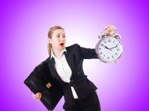 Vrouwenonderneemster met reuzeklok Stock Afbeelding