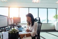 Vrouwenondernemer aan het werk in bureau royalty-vrije stock afbeeldingen