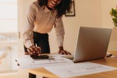 Vrouwenondernemer die van huis werken stock afbeelding