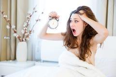 Vrouwenontwaken met alarm royalty-vrije stock afbeeldingen