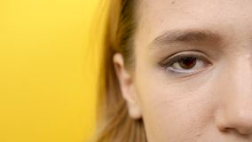Vrouwenoog in dichte omhooggaand van de camera stock footage