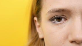 Vrouwenoog die aan de camera knipperen stock video