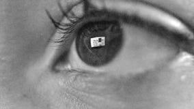 Vrouwenoog met bezinning van surfend Internet bij nacht stock video