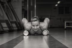 Vrouwenopdrukoefeningen op de vloer Royalty-vrije Stock Fotografie
