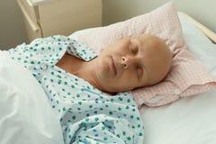 Vrouwenpatiënt met kanker in het ziekenhuis stock afbeelding